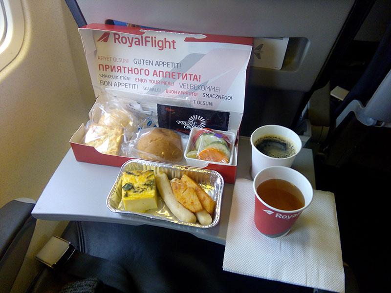Питание на борту самолета авиакомпании Роял Флайт