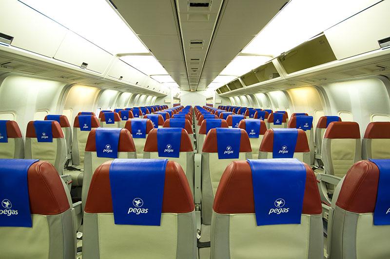 Салон самолета боинг 767-300 авиакомпании Пегас Флай