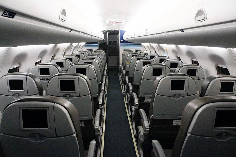Салон самолета Embraer 195 Саратовских авиалининй